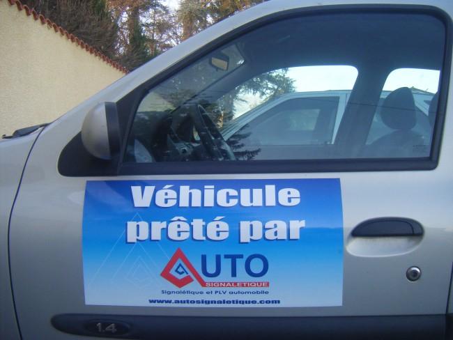 Plaque aimantée personnalisée sur portière de véhicule en vente chez Autosignalétique